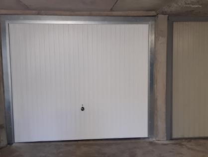 Porte de garage à Vaucresson (94) dans un parking
