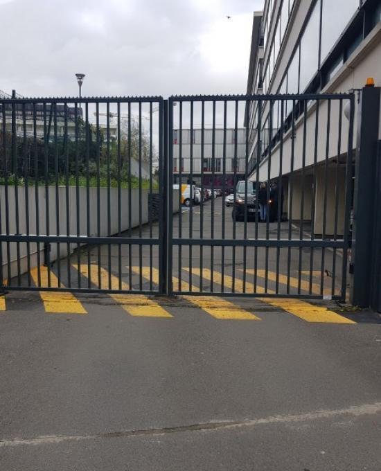 Portail avec vérins sur un site administratif à Cergy (92) Val d'Oise